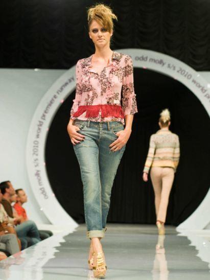 Clothing, Leg, Brown, Human body, Sleeve, Denim, Trousers, Human leg, Shoulder, Textile,