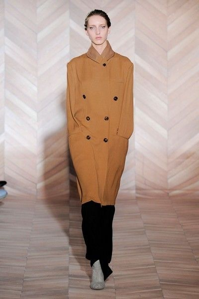 Brown, Sleeve, Shoulder, Joint, Standing, Style, Fashion model, Fashion, Neck, Fashion show,