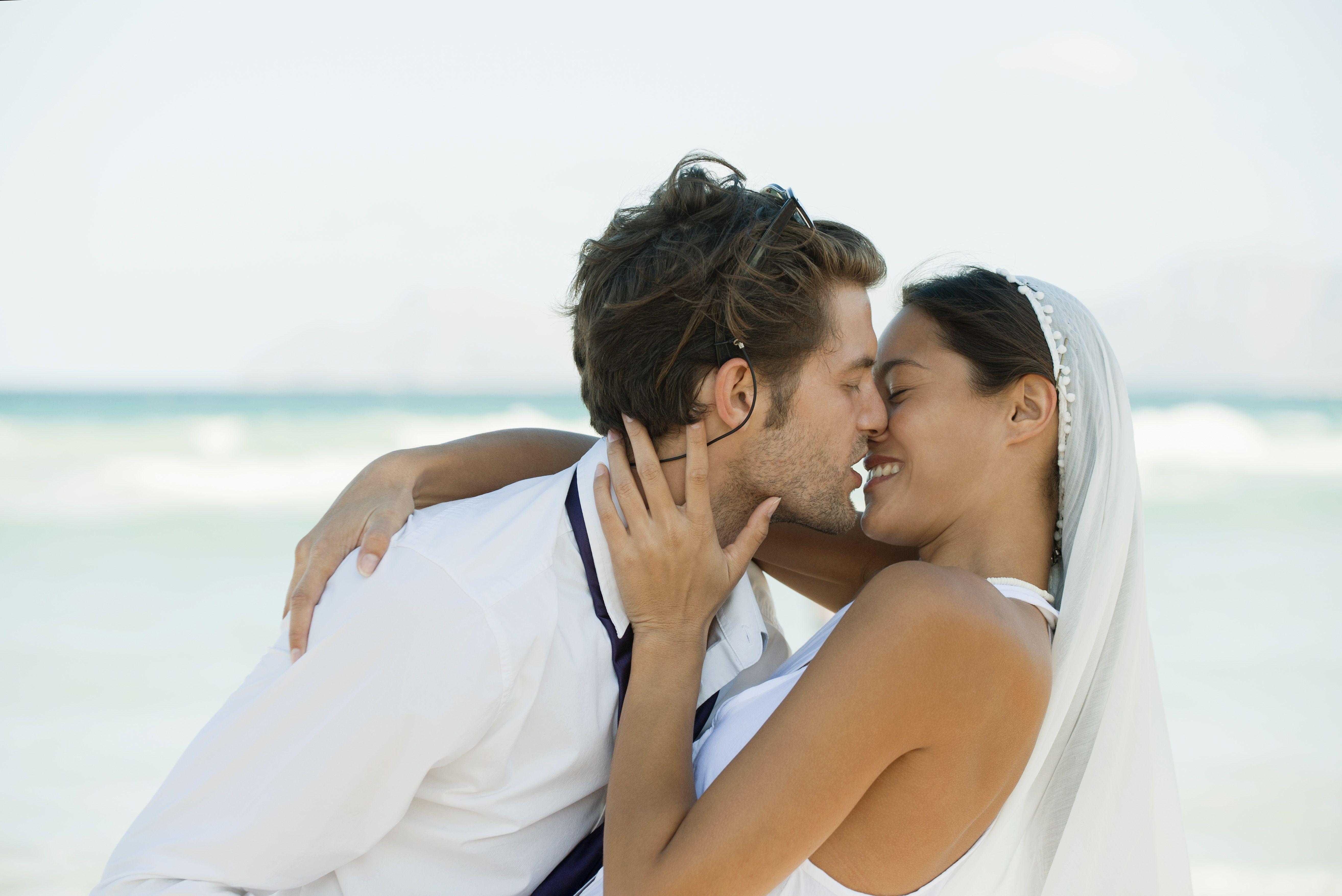 Matrimonio In Spiaggia Abiti : I 10 abiti da sposa per un matrimonio in spiaggia