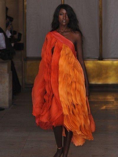 Hairstyle, Shoulder, Human leg, Textile, Joint, Amber, Orange, High heels, Fashion, Long hair,