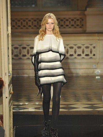 Style, Street fashion, Fashion model, Fur, Blond, Long hair, Fashion show, Waist, Brown hair, Fashion design,