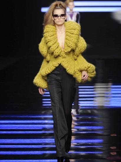 Trousers, Human body, Shoulder, Joint, Outerwear, Coat, Style, Fashion show, Fashion model, Blazer,