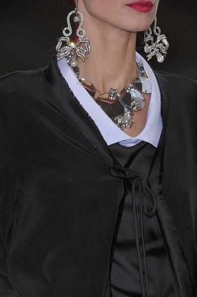 Clothing, Sleeve, Collar, Jewellery, Style, Body jewelry, Fashion accessory, Fashion, Neck, Black,