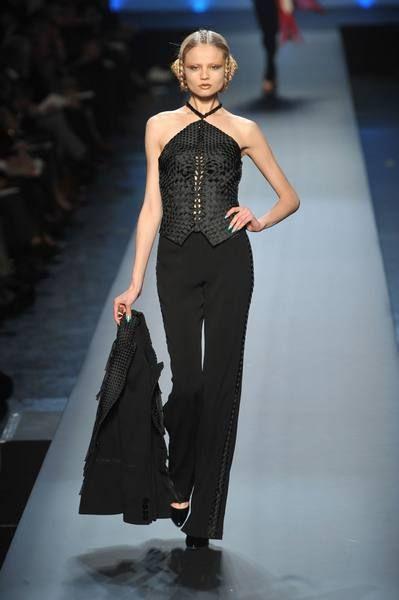 Fashion show, Human body, Runway, Shoulder, Joint, Fashion model, Waist, Style, Model, Fashion,