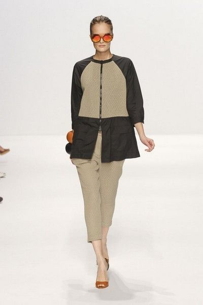 Brown, Sleeve, Shoulder, Fashion show, Human leg, Joint, Outerwear, Style, Waist, Runway,