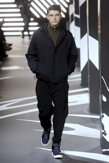 Sleeve, Standing, Outerwear, Jacket, Style, Street fashion, Black, Knee, Sneakers, Active pants,