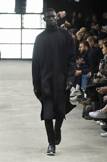 Footwear, Sleeve, Jeans, Fashion show, Style, Runway, Fashion, Street fashion, Fashion model, Fashion design,