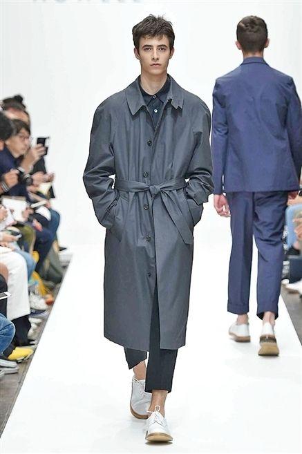 Footwear, Sleeve, Collar, Outerwear, Formal wear, Style, Coat, Fashion, Fashion show, Fashion model,