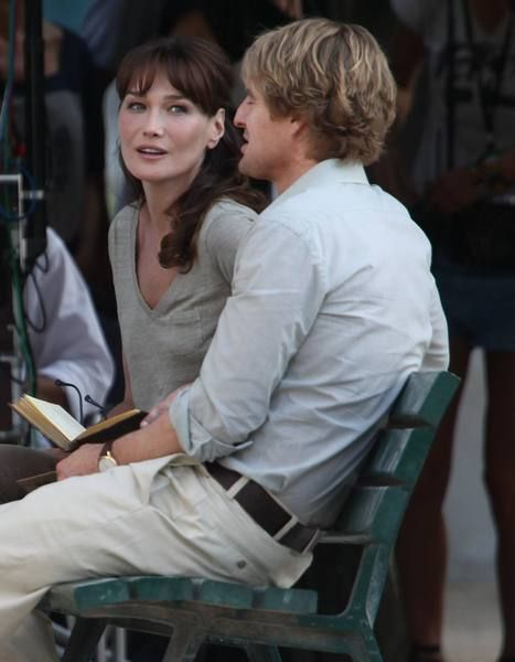 Sitting, Bangs, Conversation, Video camera, Camera, Lap, Feathered hair, Layered hair, Reading, Cinematographer,