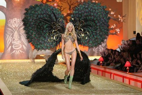 Performing arts, Samba, Costume, Dancer, Performance art, Dance, Costume design, Carnival, Natural material, Cosplay,