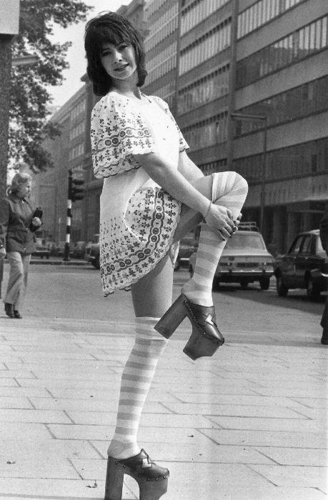 La modella Sue Coddington con delle scarpe tipiche degli anni  70 7401503f903
