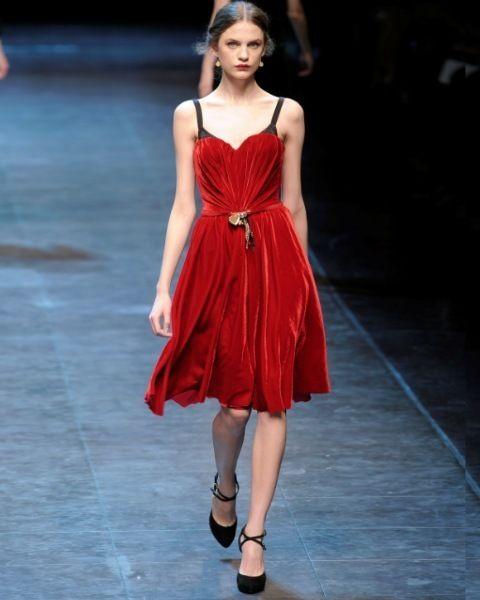 Clothing, Dress, Shoulder, Human leg, Joint, One-piece garment, Formal wear, Style, Fashion model, Fashion show,
