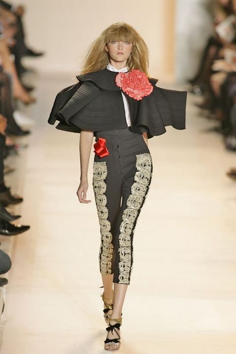 Shoulder, Joint, Fashion show, Style, Runway, Fashion model, Waist, Fashion, Street fashion, Knee,