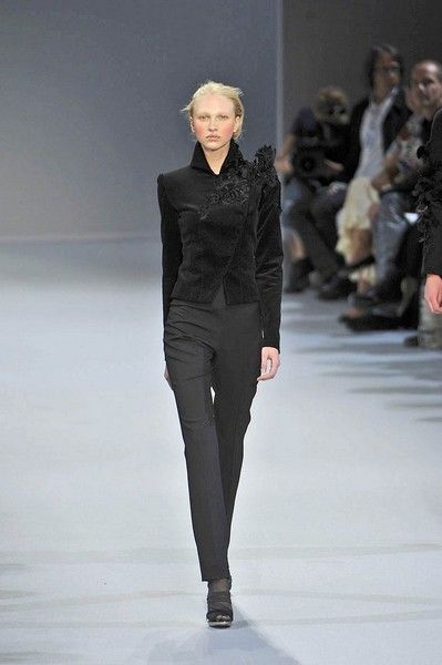 Sleeve, Fashion show, Shoulder, Runway, Joint, Outerwear, Winter, Style, Fashion model, Waist,