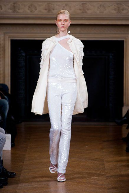 Fashion show, Shoulder, Outerwear, Style, Runway, Fashion model, Fashion, Model, Haute couture, Fashion design,