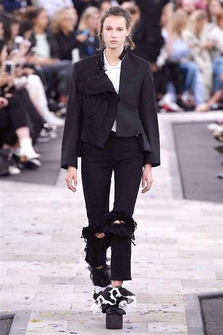Clothing, Joint, Outerwear, Fashion show, Style, Street fashion, Fashion model, Collar, Knee, Fashion,