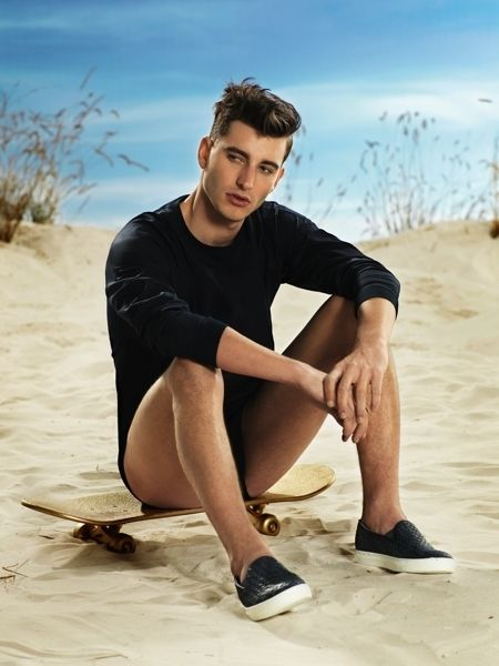 Leg, Sand, Shoe, Human leg, Landscape, Slipper, Aeolian landform, Summer, Sitting, Knee,
