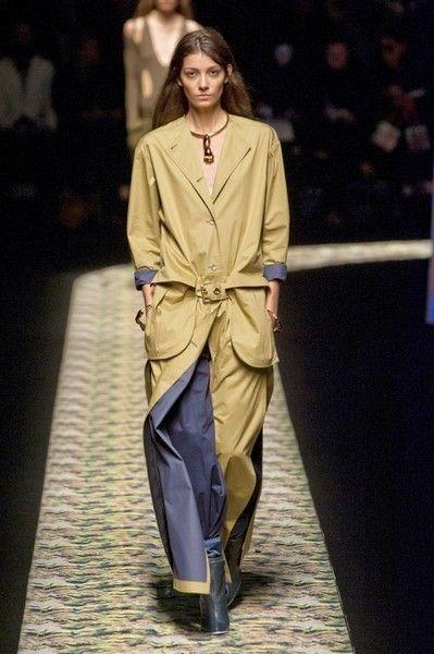 Fashion show, Jewellery, Runway, Formal wear, Fashion model, Fashion, Model, Costume design, Silk, Haute couture,
