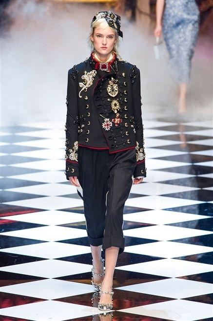 Fashion show, Outerwear, Fashion model, Runway, Style, Jewellery, Fashion, Street fashion, Waist, Blazer,