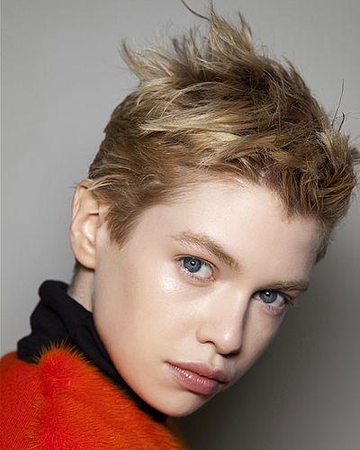Andrea osvart capelli corti