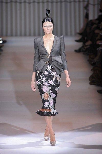 Fashion show, Shoulder, Runway, Joint, Fashion model, Dress, Style, Waist, One-piece garment, Street fashion,