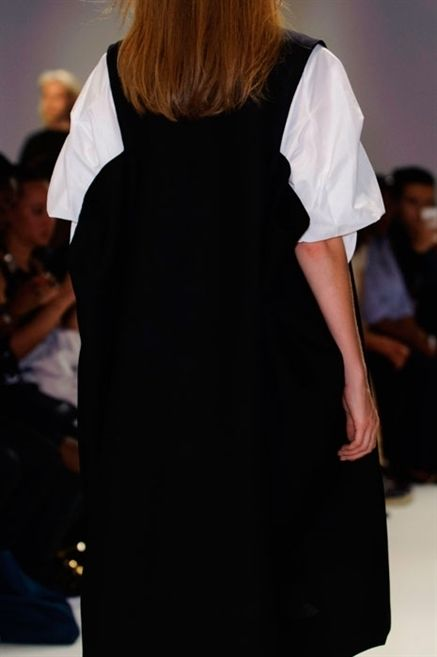 Sleeve, Shoulder, Style, Fashion show, Fashion, Fashion model, Runway, Fashion design, Waist, Long hair,