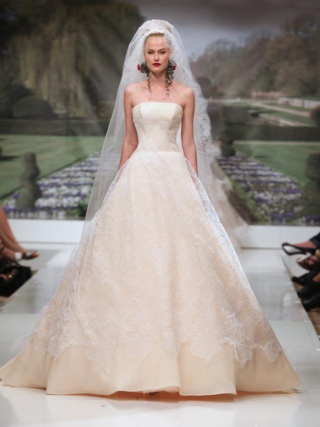 6720433823cb L abito da sposa di Angelina Jolie di Atelier Versace