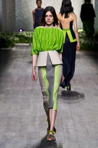 Human, Leg, Green, Human body, Human leg, Shoulder, Joint, Style, Fashion show, Knee,
