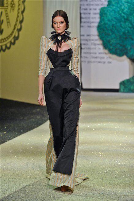 Shoulder, Joint, Dress, Style, Fashion model, Formal wear, Waist, Fashion show, Fashion, One-piece garment,