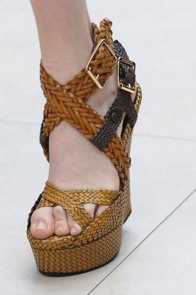 Brown, Human leg, Joint, Sandal, Toe, High heels, Foot, Tan, Fashion, Khaki,