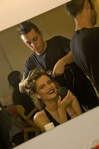Hair, Head, Mouth, Hairstyle, Shoulder, Makeover, Personal grooming, Mirror, Hair care, Beauty salon,