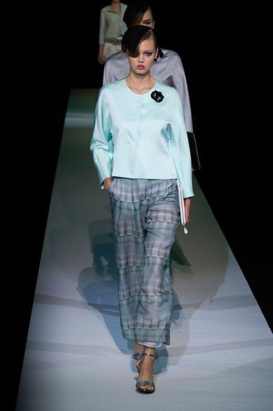 Fashion show, Sleeve, Shoulder, Runway, Textile, Joint, Outerwear, Style, Fashion model, Knee,