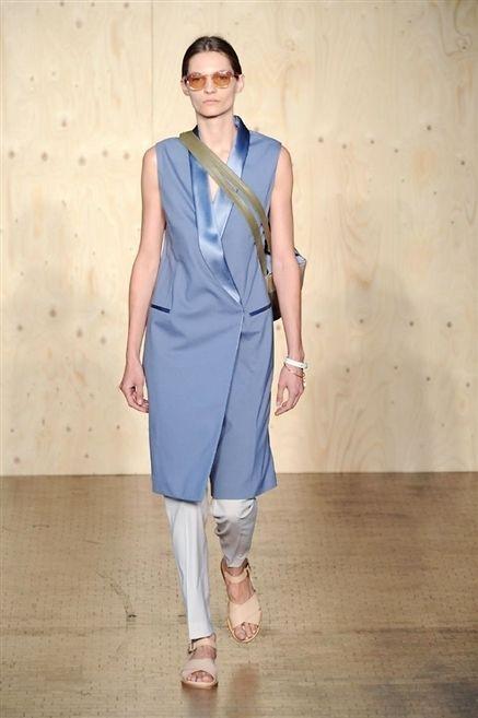 Sleeve, Shoulder, Joint, Human leg, Style, One-piece garment, Fashion, Dress, Neck, Street fashion,