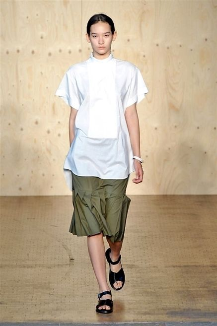 Sleeve, Shoulder, Human leg, Standing, Joint, Style, Knee, Neck, Street fashion, Active shorts,