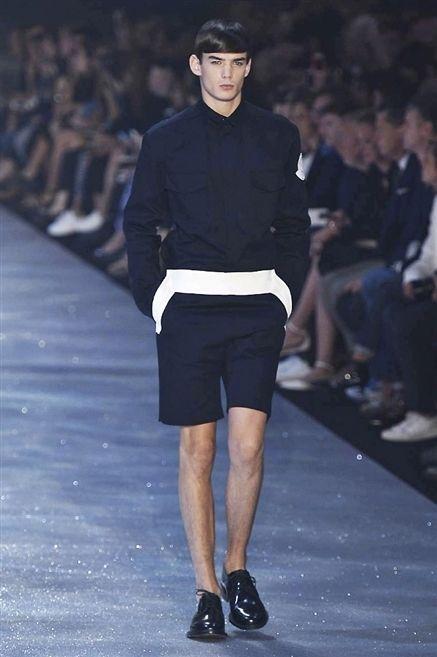 Footwear, Leg, Sleeve, Human body, Human leg, Shoulder, Shirt, Joint, Outerwear, T-shirt,