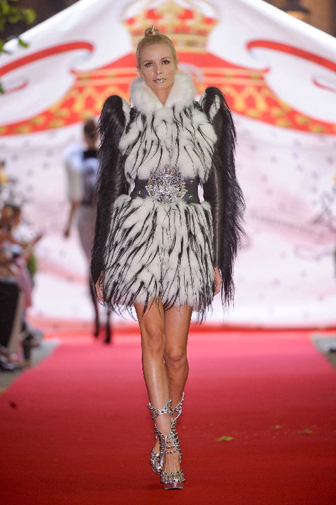 Human, Skin, Fashion show, Shoulder, Dress, Runway, Style, Fashion model, Fashion, Public event,
