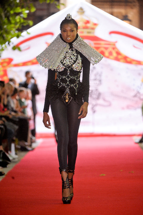 Fashion show, Runway, Style, Fashion model, Fashion, Street fashion, Knee, Waist, Fashion design, Model,