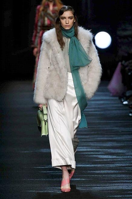 Shoulder, Fashion show, Textile, Outerwear, Runway, Style, Fashion model, Street fashion, Winter, Fashion,