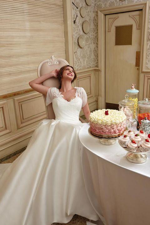 Tablecloth, Dress, Bridal clothing, Shoulder, Textile, Photograph, Serveware, Wedding dress, Pink, Formal wear,