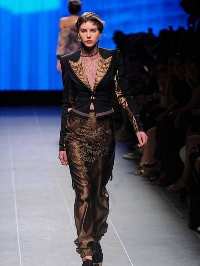 Fashion show, Hairstyle, Shoulder, Runway, Joint, Fashion model, Style, Waist, Fashion, Neck,