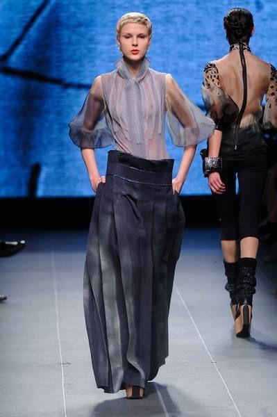 Human body, Shoulder, Joint, Fashion show, Waist, Style, Runway, Fashion model, Fashion, Fashion design,