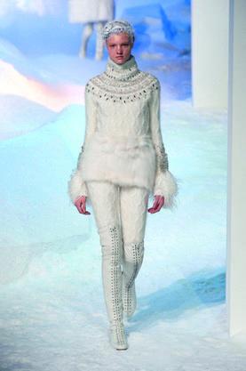 Human, Sleeve, Shoulder, Joint, Knee, Fashion model, Waist, Painting, Paint, Fashion design,