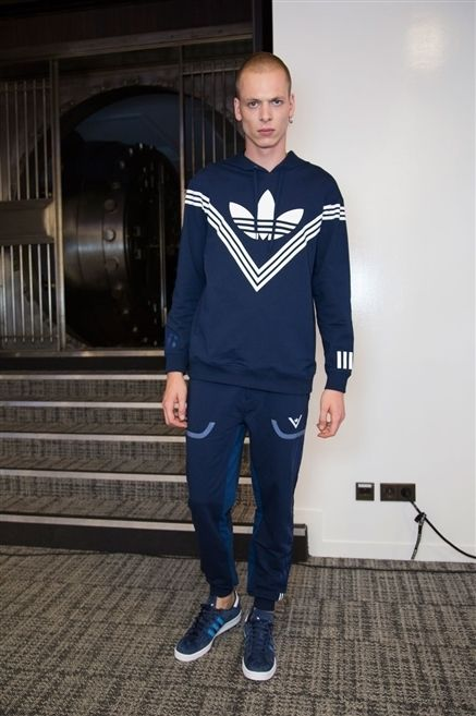 Sleeve, Shoe, Standing, Electric blue, Denim, Street fashion, Cobalt blue, Sneakers, Walking shoe, Active pants,