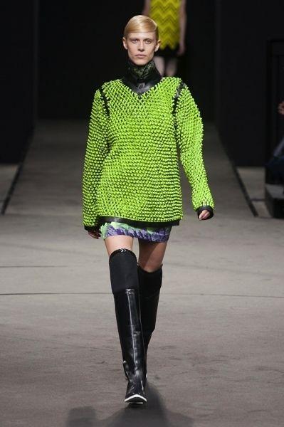 Sleeve, Shoulder, Joint, Outerwear, Fashion show, Human leg, Style, Fashion model, Street fashion, Knee,