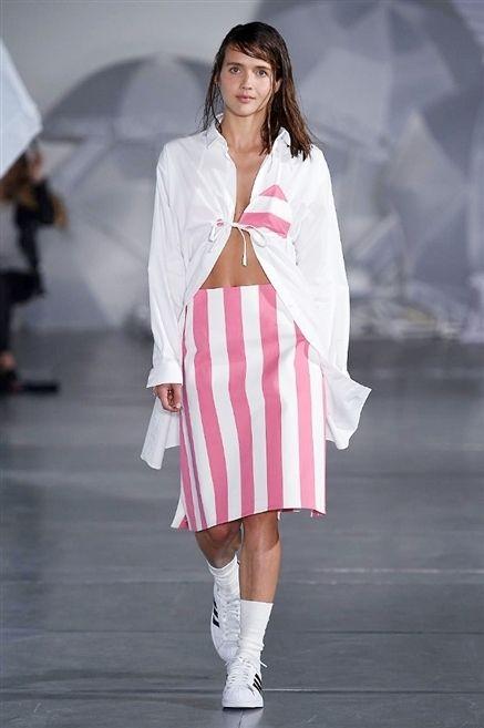 Fashion show, Sleeve, Shoulder, Runway, Outerwear, Fashion model, Style, Street fashion, Fashion, Knee,