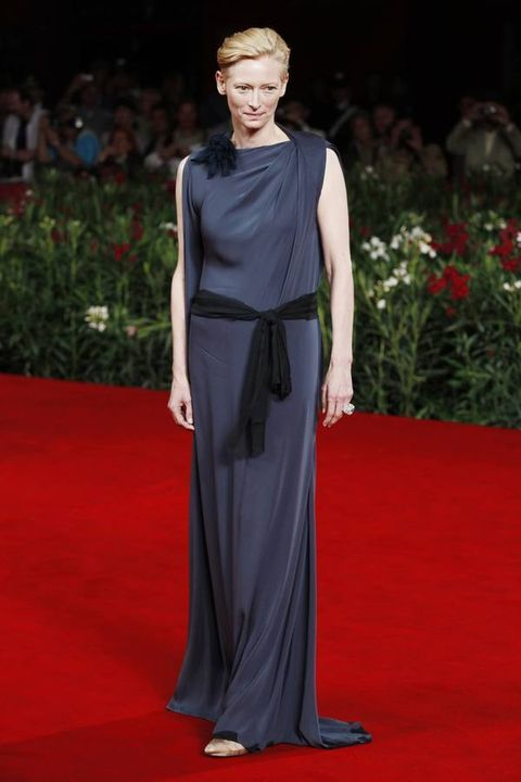 Shoulder, Flooring, Red, Carpet, Style, Dress, Maroon, Public event, Red carpet, Gown,