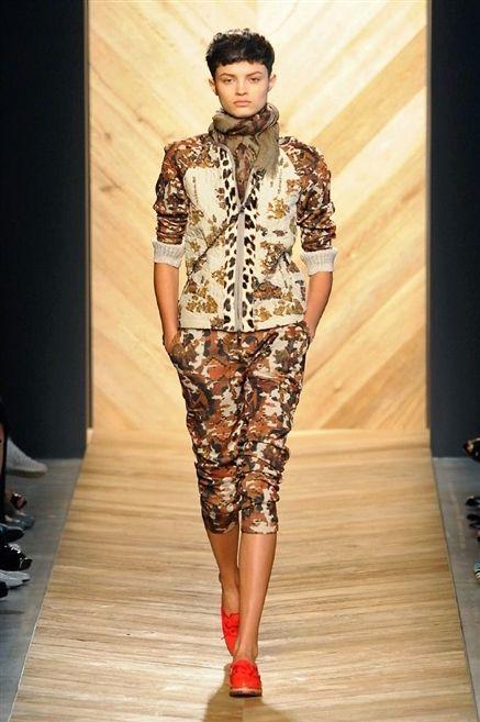 Footwear, Fashion show, Runway, Style, Fashion model, Fashion, Fashion design, Model, Haute couture, Foot,