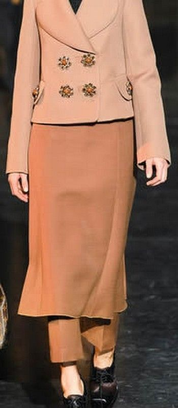 Yellow, Sleeve, Collar, Shoulder, Standing, Joint, Formal wear, Fashion, Knee, Costume design,