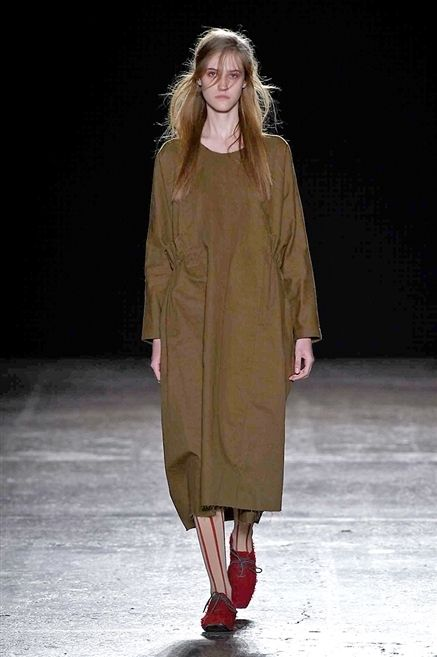 Clothing, Brown, Hairstyle, Sleeve, Fashion show, Shoulder, Joint, Runway, Dress, Style,