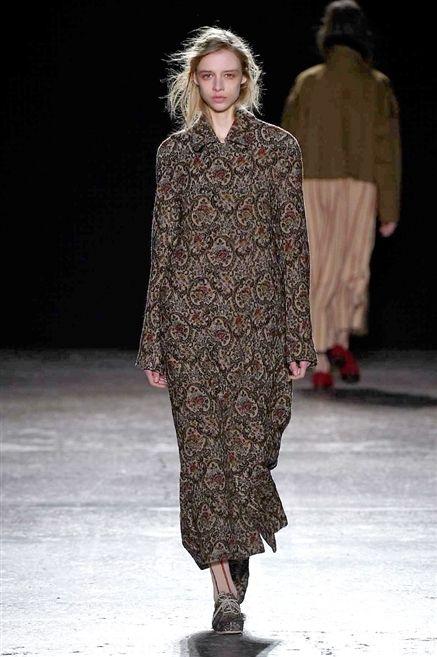 Brown, Fashion show, Shoulder, Winter, Runway, Outerwear, Style, Fashion model, Street fashion, Pattern,